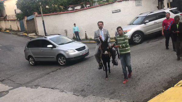 Rafael Lacava llegando a la sede de Globovisión   Captura de video