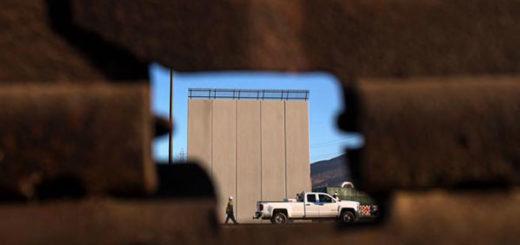Uno de los modelos del muro que Donald Trump quiere construir entre México y Estados Unidos | Foto: Guillermo Arias / AFP)