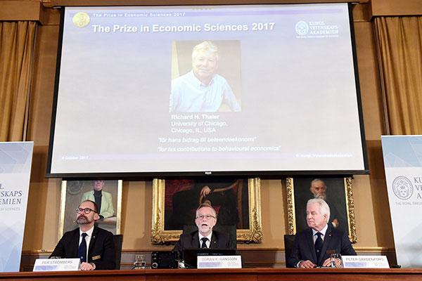 Foto de Richard H. Thaler se muestra en la pantalla durante el anuncio del ganador del Premio Nobel de Ciencias Económicas 2017 | Foto: TT News Agency / Henrik Montgomery a través de REUTERS