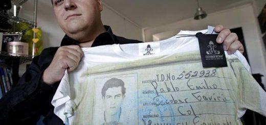Hijo de Pablo Escobar sosteniendo una camisa de su padre |Foto Efe