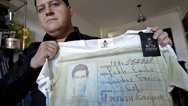 Hijo de Pablo Escobar sosteniendo una camisa de su padre  Foto Efe