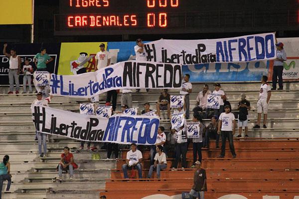 Con pancartas exigieron libertad para alcalde Alfredo Ramos durante juego de Cardenales de Lara | Foto: vía @AlfredoRamos