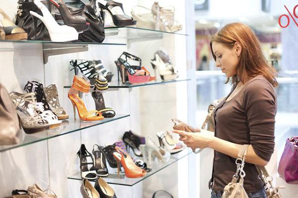 La compra de zapatos se ha vuelto todo un lujo   Foto referencial