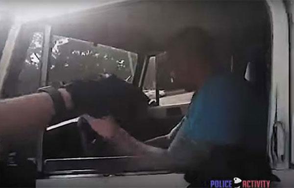 Ataca a la policía con un garrote y lo abaten a tiros | Captura de video