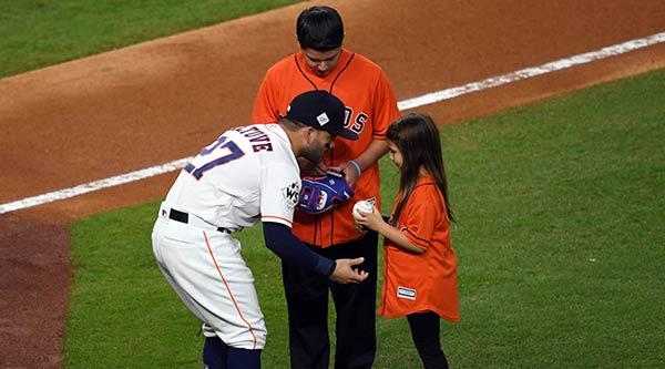 José Altuve recibe lanzamiento de niña con prótesis | Foto: Shanna Lockwood-USA TODAY Sports