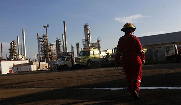 Tanque de desechos de la refinería Amuay se desborda hacia la bahía   Referencial