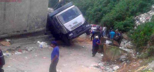 Camión de aseo cae sobre viviendas | Foto: El Nacional