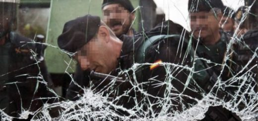 Agentes de la Policía Nacional y la Guardia Civil contienen a multitud | Foto: EFE