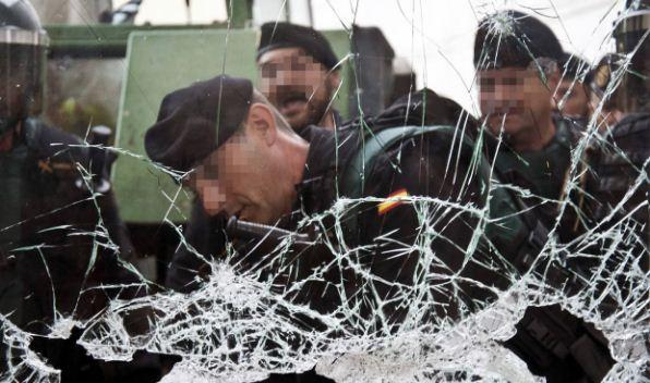 Agentes de la Policía Nacional y la Guardia Civil contienen a multitud   Foto: EFE