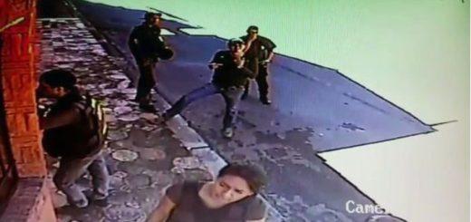Funcionarios del CIPC en casa de Laidy Gómez | Foto: captura de video