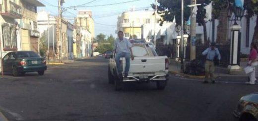 Cuadros de Chávez son sacados de la Gobernación del Zulia | Captura de video
