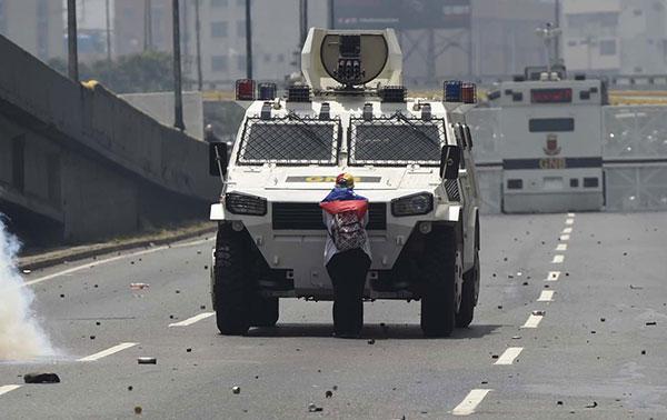 La señora de la tanqueta | Abril 19, 2017 | AFP