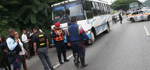 Pasajeros lanzaron a los delincuentes del autobús   Foto: Twitter