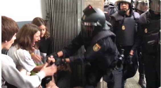 Policía española carga contra votantes | Foto: Captura de video