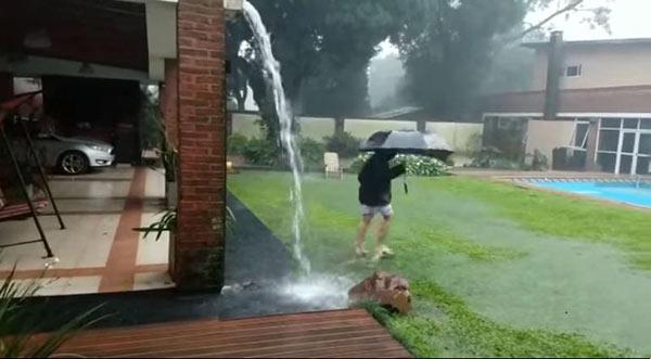 Adolescente se salvó de morir por un rayo cuando jugaba en la lluvia | Captura de video