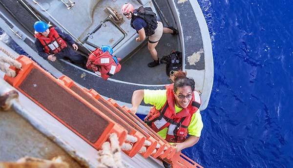 Mujeres rescatadas en el Pacífico | Foto: US Navy / Jonathan Clay