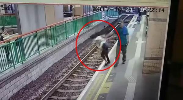 Hombre empuja a trabajadora a las vías del tren | Foto: captura de video
