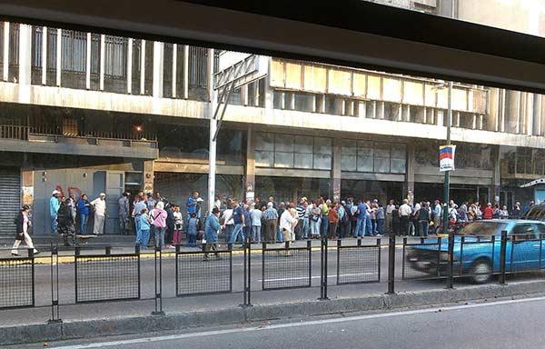 Largas colas de pensionados para cobrar el bono |Foto: Twitter