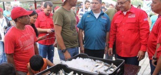 Orlando Maneiro, Ministro de pesca (vestido de rojo y con lentes del lado derecho) |Foto cortesía