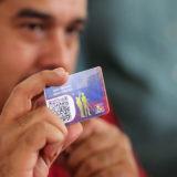 Nicolás Maduro y su carnet de la Patria | Foto: AVN