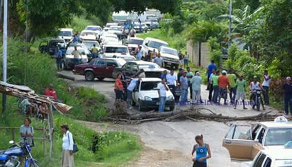Habitantes de Cariaco trancan paso en protesta por comida y medicinas | Foto: El Pitazo