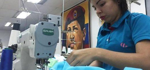 Un gran mural de Hugo Chávez gobierna el taller textil de la comuna Panal 2021 | BBC Mundo