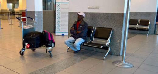 El haitiano vive desde hace 6 días en el aeropuerto | Foto: @BEATRIZPRIOTTI