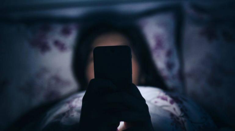 Muere joven de 14 años por dormir con su celular conectado | Foto referencial