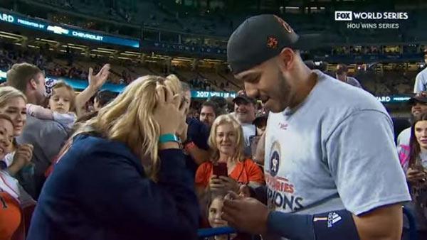 Jugador de los Astros pidió matrimonio a su novia en terreno de juego tras ganar la serie | Foto: Captura de video