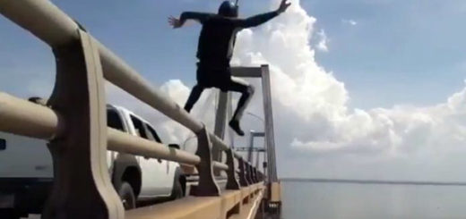 Joven se lanza del Pilar 21 del Puente sobre el Lago | Captura de video