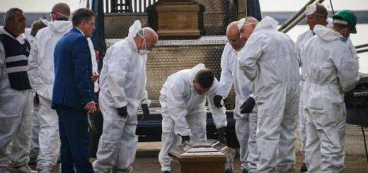 Rescatistas trasladan ataúdes que contienen los cuerpos de las jóvenes | Foto: EFE