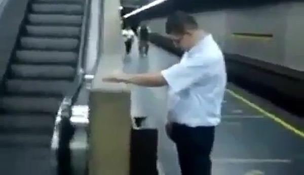 Hombre orina en papelera del Metro   Foto: Captura de video