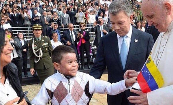 Yalik Peña le entrega bandera de Venezuela al Papa | Foto: EFE