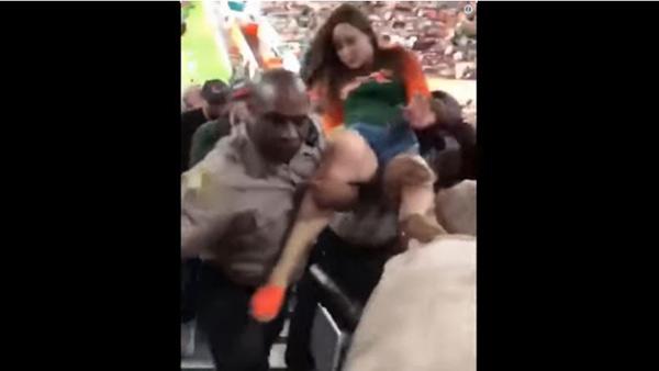 Policía 'tranquiliza' a una aficionada ebria con un gancho en la mandíbula | Captura de video