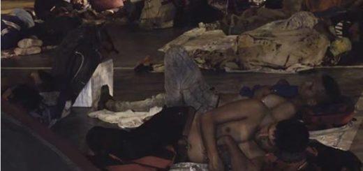 En esta cancha los venezolanos duermen en el suelo |Captura de video
