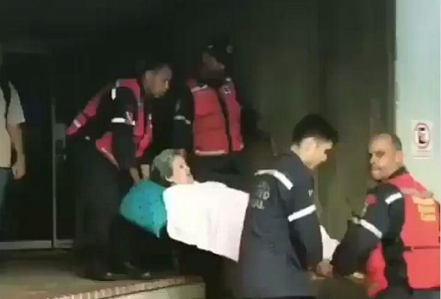 A falta de camilla y ambulancia así trasladaron a esta señora |Captura de video