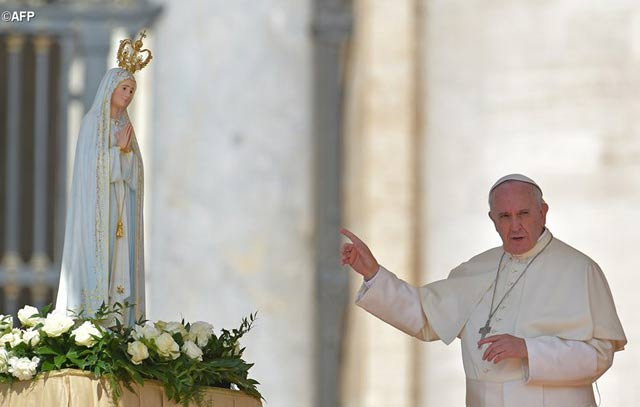 Papa Francisco junto a estatua de la Virgen María |Foto: AFP
