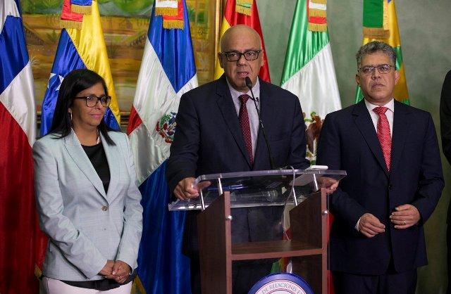 Representantes del Gobierno en el diálogo |Foto: EFE
