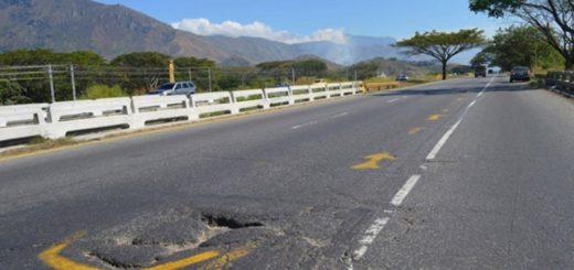 Hueco en la carretera |Foto referencial