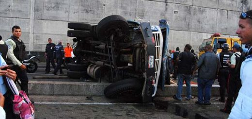 Camión se volcó con pasajeros | Foto: Twitter