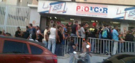 Sundde ordena rebajas en cadenas de licores   Foto: Twitter