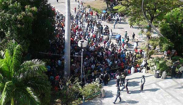 ¡Insólito! Maracayeros protestaron frente a la alcaldía para exigir pago ofrecido por votar por el Psuv | Foto: Twitter