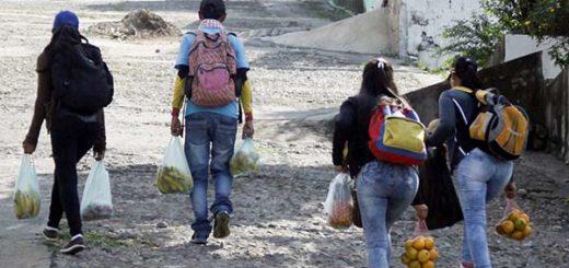 Venezolanos venden frutas en Colombia | Foto: Reuters