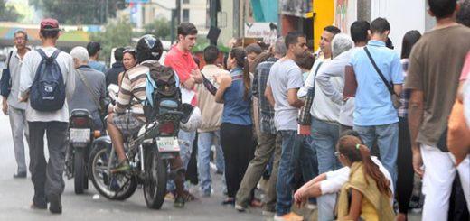 Cola en Saren, venezolanos hacen colas para legalizar | Foto: El Nacional
