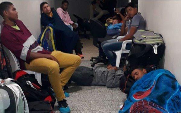 Peloteros retenidos en República Dominicana   Foto: Twitter