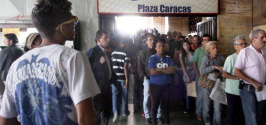 Así se ven las colas en Plaza Caracas para sacar la cédula |Foto: El Nacional
