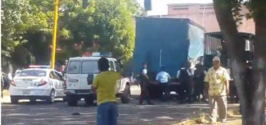 GNB y funcionarios de PoliBolívar saquearon camión de papel higiénico | Captura de video