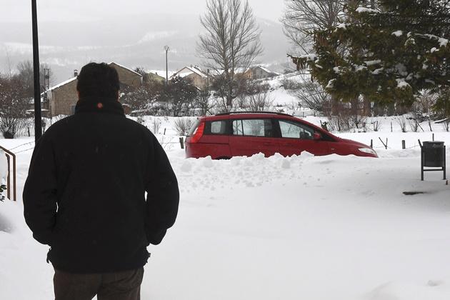 GRAF3846. PUEBLA DE LILLO (LEÓN), 03/02/2018.- Un hombre observa la nieve caída en la localidad leonesa de Puebla de Lillo. EFE/J.Casares