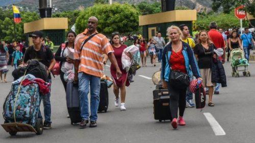 Venezolanos pasando la frontera a Colombia