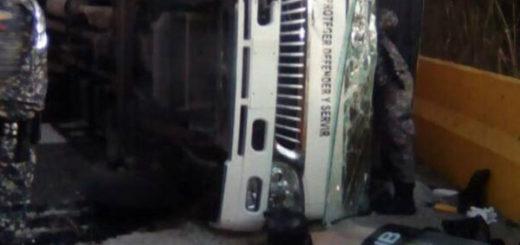 Se volcó camión de la PNB en El Junquito: Al menos dos funcionarios muertos (Imágenes)